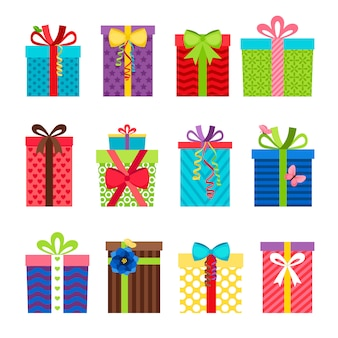 Bunte geschenkboxen mit bändern stellten auf weiß ein