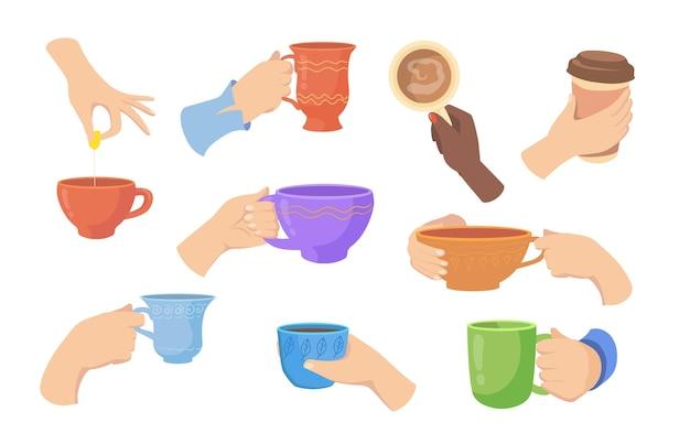 Bunte hände, die heiße getränke im flachen illustrationssatz der verschiedenen tassen halten