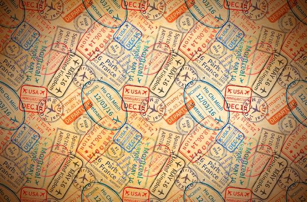 Bunte internationale reisevisum-stempelabdrücke auf altem papier, horizontaler weinlesehintergrund