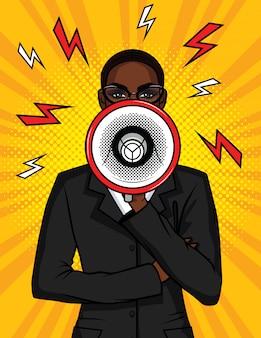 Bunte pop-art-comic-illustration eines afroamerikanermädchens mit einem lautsprecher in ihrer hand. die geschäftsfrau spricht in einem megaphon. porträt eines chefmädchens mit einem mundstück