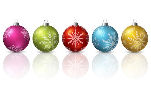 Bunte weihnachtsbälle auf weißem hintergrund
