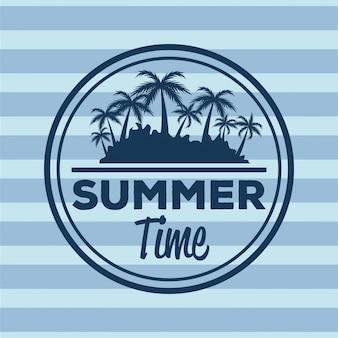 Bunter streifenhintergrund mit logosommerzeit und schattenbild setzen mit palmen auf den strand