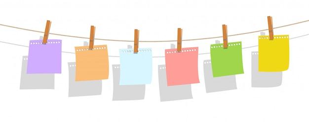 Buntes briefpapier, das am leinwandseil mit holz hängt