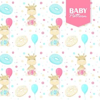 Buntes nahtloses muster mit babygiraffen, geschenken, donuts, luftballons