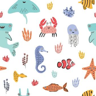 Buntes nahtloses muster mit lustigen meerestieren oder unterwasserkreaturen, korallen und algen auf weißem hintergrund. kulisse mit süßen meeres- und ozeanbewohnern. flache cartoon-vektor-illustration.