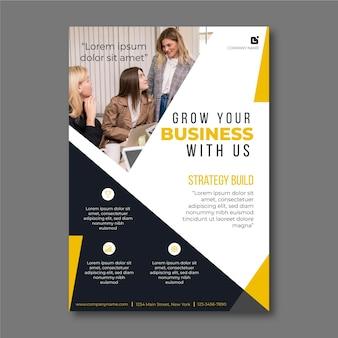 Business flyer vorlage mit foto von geschäftsfrauen