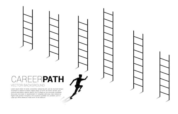 Business illustration von wettbewerb und herausforderung. schattenbild des geschäftsmannes, der zur höchsten leiter läuft.