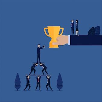 Business manager erhalten trophäe und mitarbeiter erhalten keine metapher für schlechtes führungsmanagement.