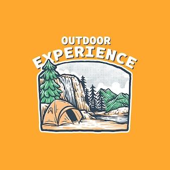 Camping am rande einer wasserfall-vintage-abzeichenillustration