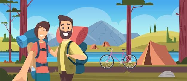 Camping entspannen. urlaub in der natur, waldcamp. inlandstourismus, wanderreisen. blogger in der wanderungsvektorillustration. urlaub im freien mann und frau machen selfie