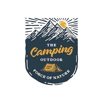 Camping im freien mit vintage logo auf abzeichen berg.