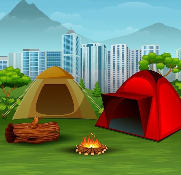 Campingplatz in der nähe der stadt im hintergrund