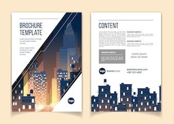 Cartoon-Broschüre mit Stadtbild bei Nacht, Megapolis mit modernen Gebäuden, Wolkenkratzern
