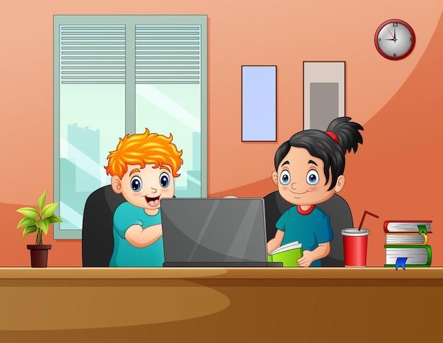 Cartoon die kinder, die mit computer im schreibtisch spielen playing