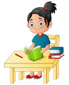 Cartoon ein mädchen, das auf dem schreibtisch studiert