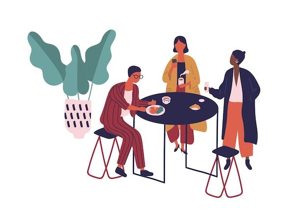 Cartoon-freunde genießen das gemeinsame mittagessen in der flachen vektorgrafik der cafeteria. bunte mann und frau sitzen am tisch essen und trinken getränke im café isoliert auf weiß. die leute haben pause am food court.