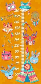 Cartoon kinder höhendiagramm, lustige eule, wolf und fuchs, elch, kaninchen, bär und hirsch indianer, vektor. kindergrößentabelle oder babywachstumsmesser mit indischen boho-tieren, wigwam, tomahawk und traumfängern