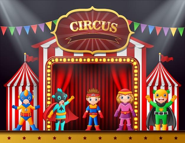 Cartoon kinder in verschiedenen kostümen auf der bühne