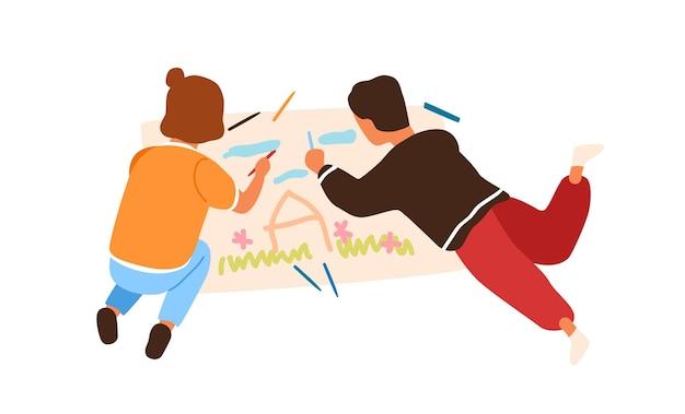 Cartoon kleiner junge und mädchen malerei bild auf dem papier auf dem boden liegend vektor-flache illustration. kreative kinder, die das zeichnen mit dem bunten bleistift genießen, der auf weißem hintergrund lokalisiert wird.