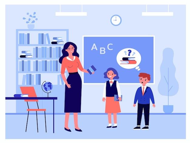 Cartoon-lehrer und schüler an der flachen vektorillustration der klasse. lehrerin, die bücher in der schule ausleiht. bildung, unterricht, schulkonzept für banner, website-design oder landing-webseite