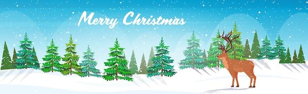 Cartoon rentier stehend im winterwald niedlichen hirsch tier grußkarte frohe weihnachten frohe neujahrsfeiertage glückwunsch schriftzug horizontal