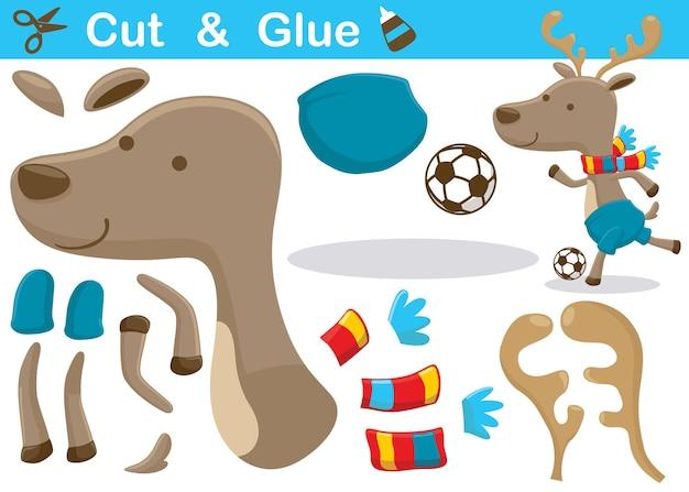 Cartoon von hirschen mit schal beim fußballspielen im winter. bildungspapierspiel für kinder. ausschneiden und kleben