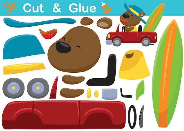Cartoon von lustigen bären mit hut auf auto mit surfbrett. bildungspapierspiel für kinder. ausschneiden und kleben