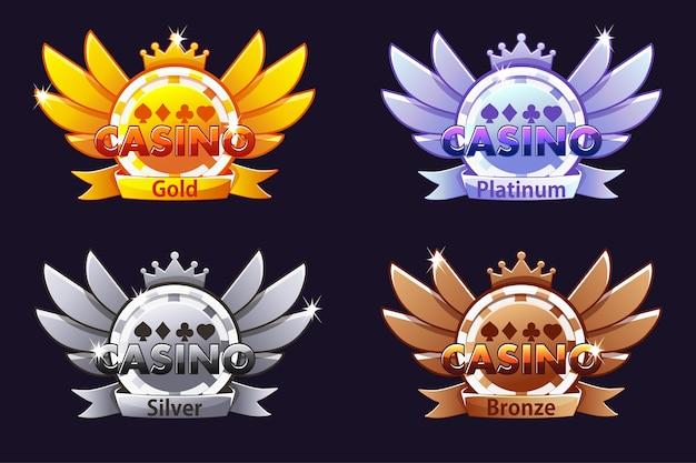 Casino auszeichnungen. casino-bewertungssymbole mit pokerchip und krone. vektorillustration für kasino, slots und spiel-benutzeroberfläche. objekte auf einer separaten ebene