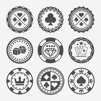 Casino- und pokerchips mit runden schwarzen abzeichen oder designelementen