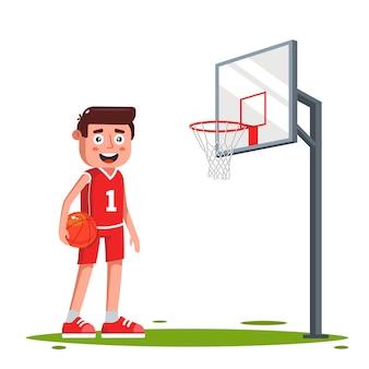 Charakter eines basketballspielers auf dem spielfeld mit einem basketballkorb. ein tor schießen. illustration.