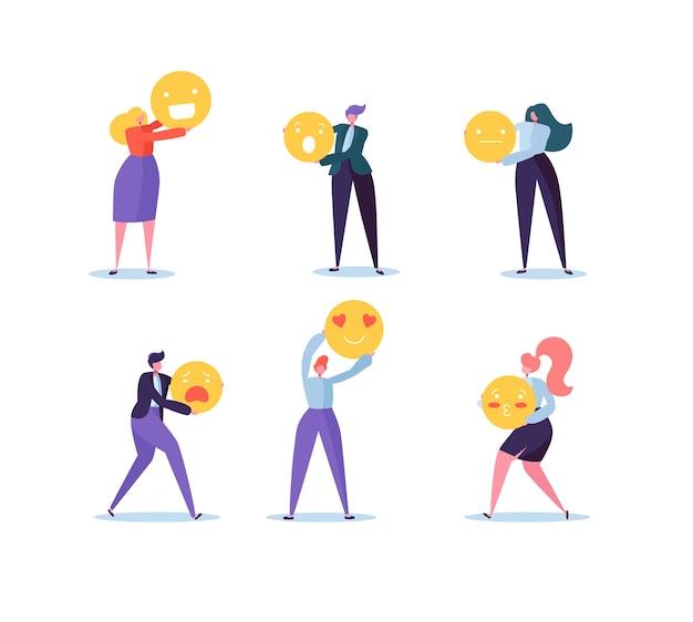 Charaktere leute, die verschiedene emoticons halten. emoji und lächelt kommunikationskonzept mit mann und frau.