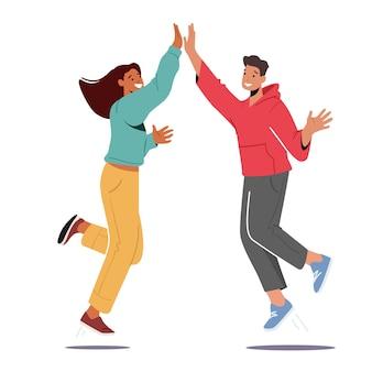 Charaktere stimmen zu, feiern triumph. mann und frau verspüren positive emotionen und geben sich gegenseitig highfive, gute laune