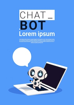 Chat-bot-roboter, der laptop-computer verwendet und rede-blasen-fahne mit kopienraum hält