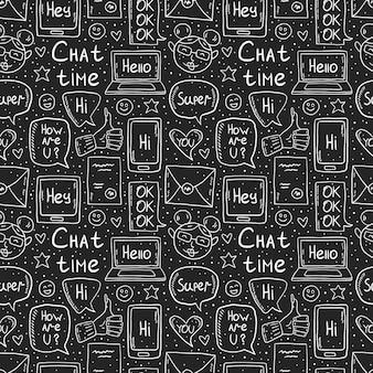 Chat-zeit kreidezeichnung design, gekritzel, vektor-clipart, satz von elementen, nahtloses muster, symbole. sprechblase, nachricht, emoji, brief, gadget. weißes monochromes design. auf dunklem hintergrund isoliert.