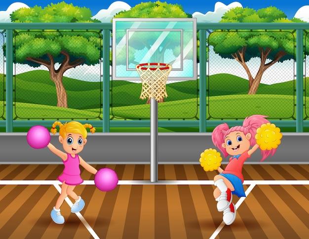 Cheerleader, die auf basketballplatz tanzen