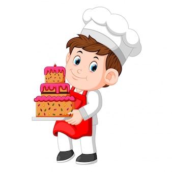 Chef, der eine platte mit einem köstlichen kuchen hält