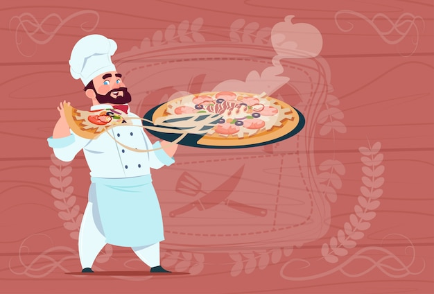 Chefkoch holding pizza smiling cartoon-chef in white restaurant uniform über hölzernem strukturiertem hintergrund