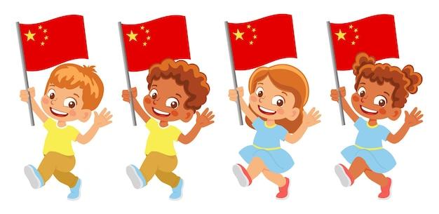 China-flagge in der hand. kinder, die flagge halten. nationalflagge von china
