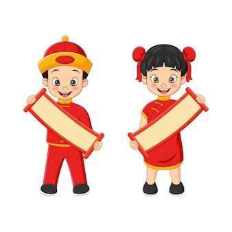 Chinesische karikaturkinder, die ein leeres zeichen halten