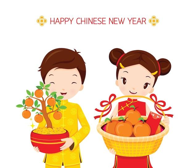 Chinesische neujahrsgeschenke mit jungen und mädchen, traditionelle feier, china, glückliches chinesisches neujahr