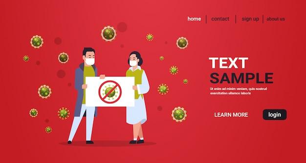 Chinesische paare in der schutzmaske, die halt coronavirus fahnenepidemieviruskonzept wuhan-pandemie-medizinisches gesundheitsrisiko in voller länge horizontal hält