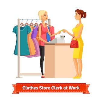 Clerk, der kreditkartenzahlung von hübscher frau nimmt