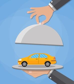 Cloche mit gelbem auto servieren