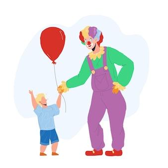 Clown, der dem kleinen jungen-kind-ballon-vektor gibt. glücklicher clown-mann gekleidet im festival-kostüm auf der geburtstagsfeier. charakter-zirkus-arbeiter-lustige freizeit mit kind-flache karikatur-illustration