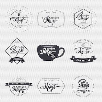 Coffee shop - insignien werden mit hilfe von schrift- und kalligrafiefähigkeiten hergestellt, die richtige typografie und komposition verwenden.