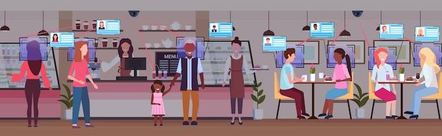 Coffeeshop barista serving mix race menschen identifikation gesichtserkennung konzept überwachungskamera überwachung cctv-system moderne cafeteria interieur in voller länge horizontal