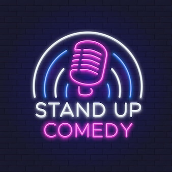 Comedy show leuchtreklame. retro mikrofon line design. standup-symbol auf backsteinmauer-vektorillustration. neon show aufstehen, emblem schild