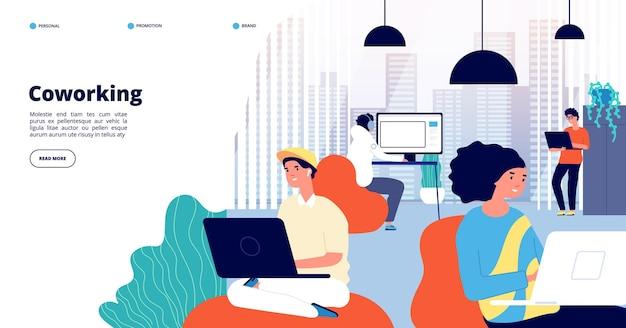 Coworking landing page. büroangestellte, freiberufliche fachleute diskutieren