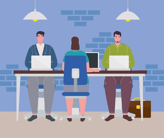 Coworking space, frau und männer mit laptops im großen schreibtisch, konzept der teamarbeit.