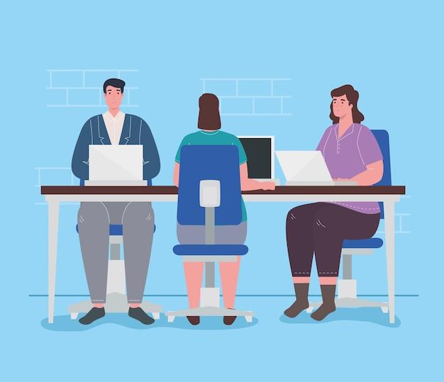Coworking space, frauen und mann mit laptops im großen schreibtisch, teamarbeitskonzept.